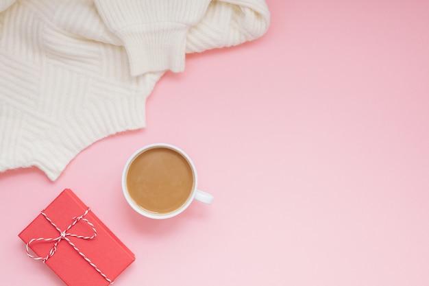 Suéter de café e vermelho presente rosa