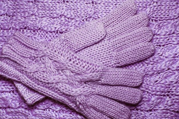 Suéter de lã ou textura de lenço e luvas close-up. fundo de malha de malha com um padrão de relevo.