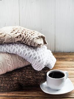 Suéter de malha dobrado pilha