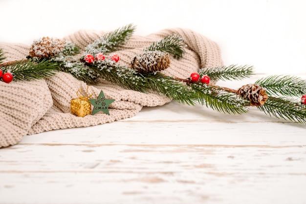 Suéter de malha e árvore de abeto para espaço de cópia de fundo branco de férias de natal,