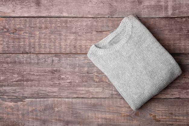 Suéter de malha quente com fundo de madeira