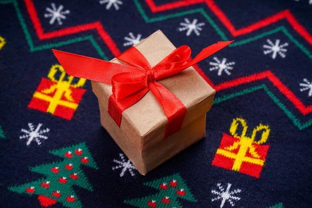Suéter de natal com um padrão com um presente, vista superior.