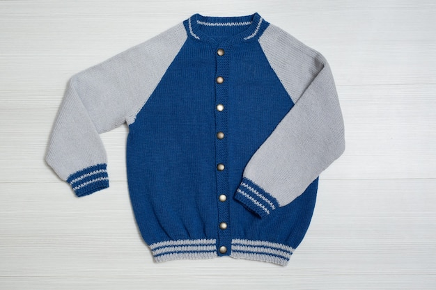 Suéter infantil de malha em fundo branco
