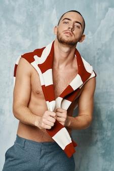 Suéter listrado masculino nu com torso cheio posando de estilo sexy