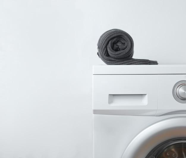 Suéter preto enrolado na máquina de lavar