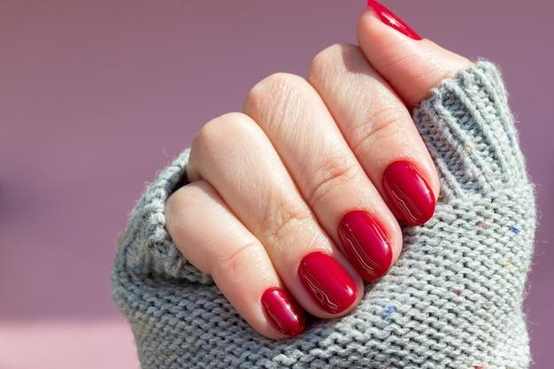 Suéter tricotado à mão com unhas bordô