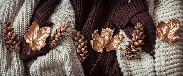 Suéteres aconchegantes e folhas douradas.