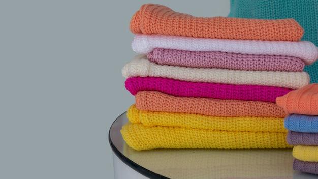 Suéteres de lã coloridos em promoção
