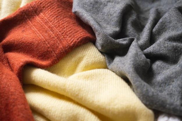 Suéteres de lã tricotada. fundo aconchegante de outono ou inverno com roupas de malha.