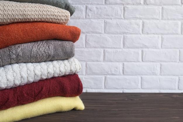 Suéteres quentes dobrados de malha, meias-voltas ou cobertores. roupas de outono e inverno.