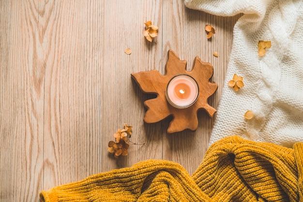 Suéteres quentes e xícara de chá. ainda vida aconchegante em tons quentes. conceito de outono-inverno.