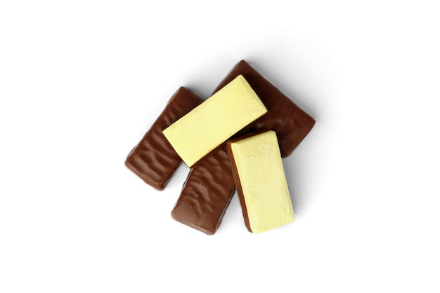 Suflê de banana em doces de chocolate, isolado no fundo branco.