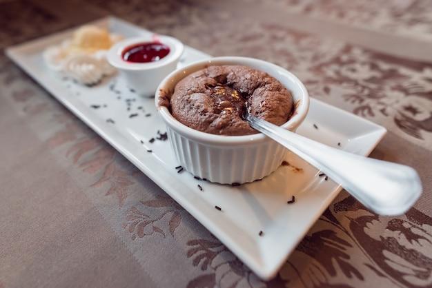 Suflê de chocolate com sorvete e molho de frutas da floresta menus de restaurante conceito alimentação saudável