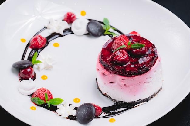 Suflê de sobremesa vista frontal com decoração de geléia de morango com cobertura de chocolate e morangos