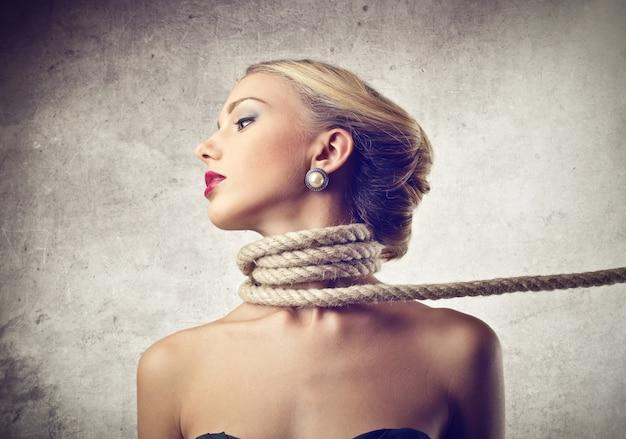 Sufocando uma mulher com uma corda