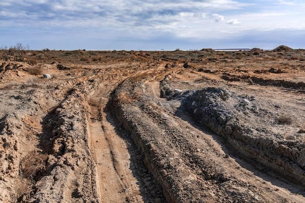 Sujeira intransitável fora da estrada, trilha profunda