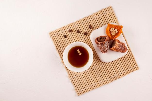 Sujeonggwa é uma bebida fria tradicional coreana.