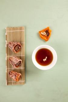 Sujeonggwa - ponche coreano com canela e caquis secos.