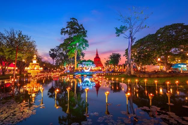 Sukhothai co lamplighter loy kratong festival no parque histórico de sukhothai cobre