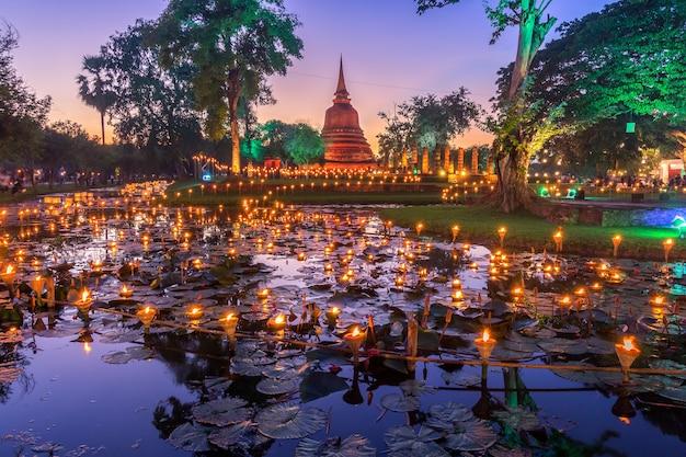Sukhothai co lamplighter loy kratong festival no parque histórico de sukhothai da tailândia