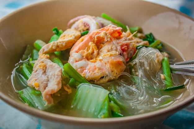 Suki no caldo frutos do mar misturados com aletria e legumes.