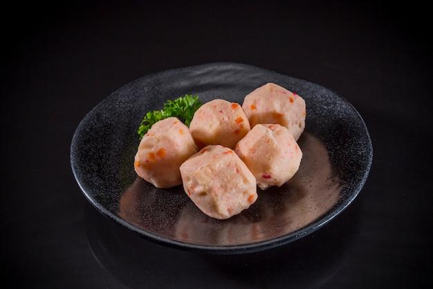 Sukiyaki comida asiática, bolas de camarão no fundo preto, comida japonesa tradicional