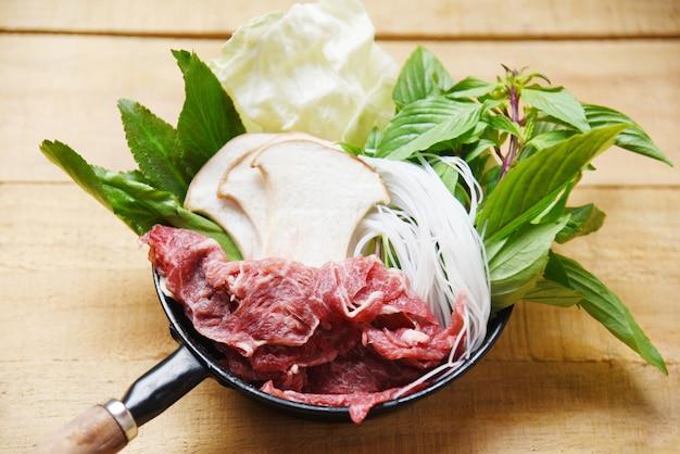 Sukiyaki conjunto shabu shabu com carne carne fatia de macarrão cogumelo e legumes frescos