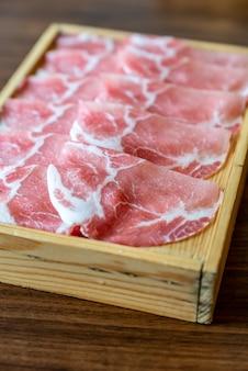 Sukiyaki de carne de porco crua
