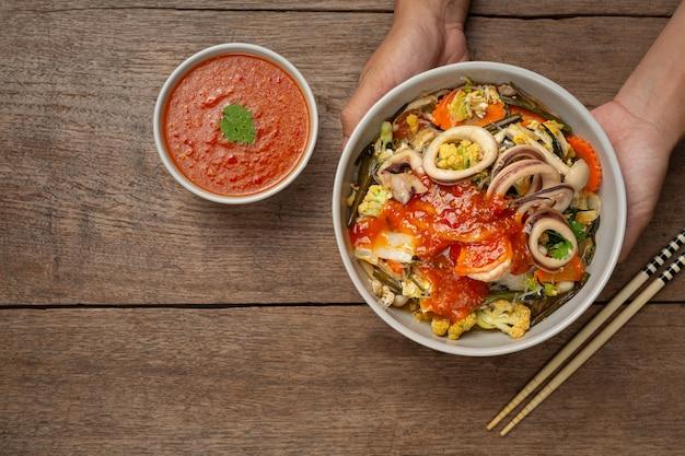 Sukiyaki de frutos do mar servidos com molho picante suki