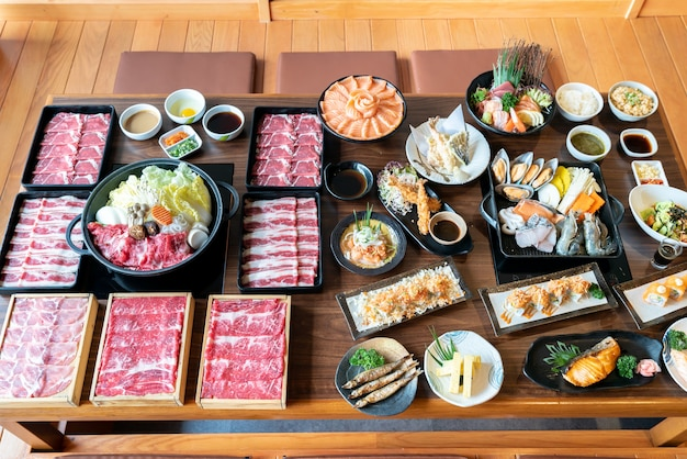 Sukiyaki japonês e comida
