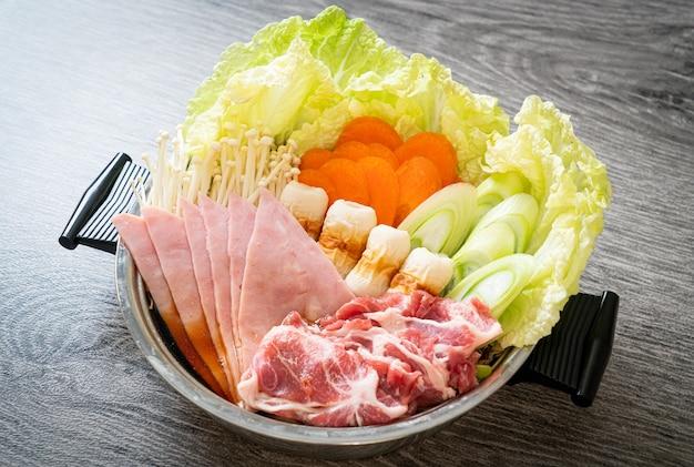 Sukiyaki ou shabu hot pot black sopa com carne crua e vegetais - estilo comida japonesa