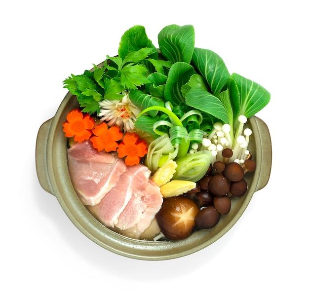 Sukiyaki, porco japonês, panela quente, legumes servidos
