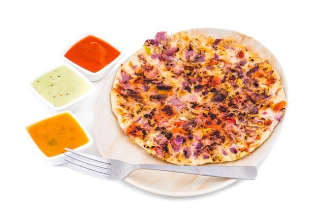 Sul da índia comida uttapam em fundo branco