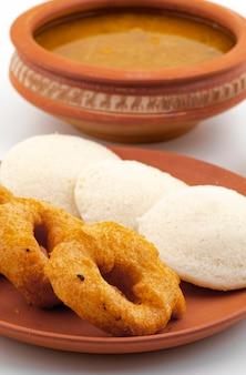 Sul indian popular pequeno-almoço idli, vada, sambar ou chutney