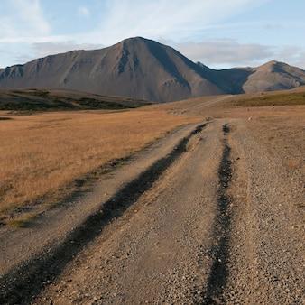 Sulcos, em, estrada sujeira, guiando, para, montanha