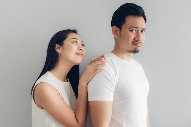 Sulk e reconcilie o amante dos pares no t-shirt branco