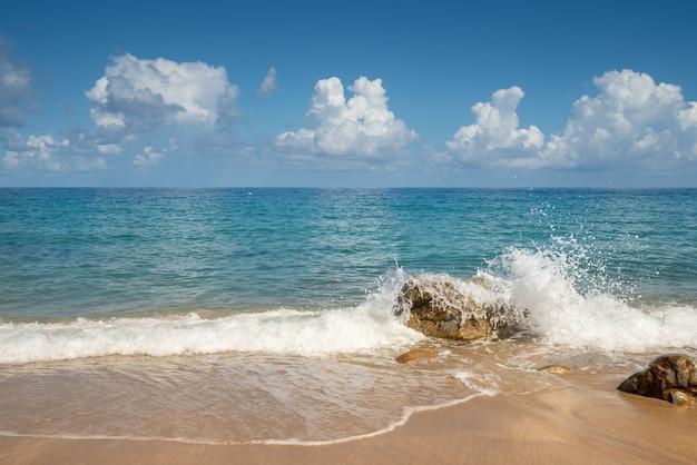 Summer beach ocean view com céu azul, areia branca e ondas