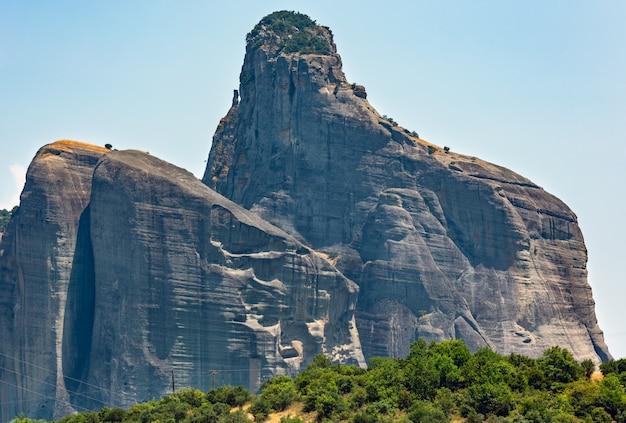 Summer meteora - importante complexo rochoso de mosteiros religiosos do cristianismo na grécia
