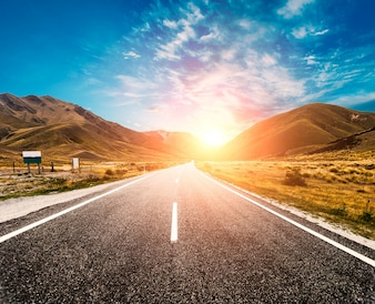 Sun no horizonte da estrada