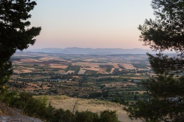 Sunrice paisagem do monte chortiatis e terras rurais de chalkidiki perto da cidade de thessaloniki, macedônia central, grécia