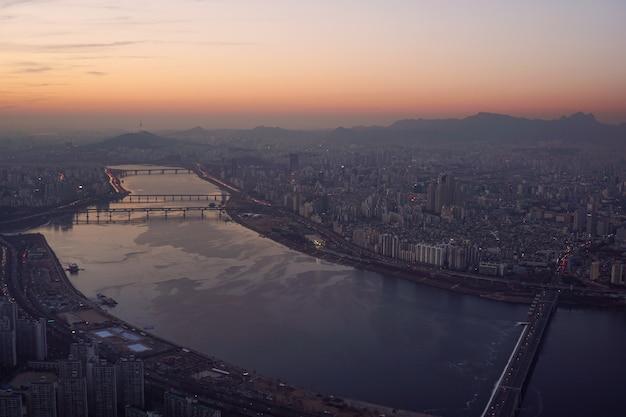Sunset da paisagem urbana de seul, rio han