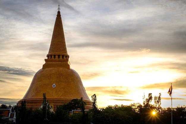 Sunset phra pathom chedi maior santuário é uma parte vital da tailândia