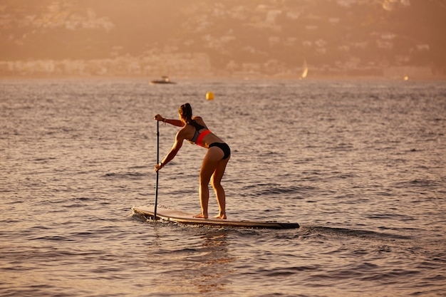 Sup stand up surf girl com remo