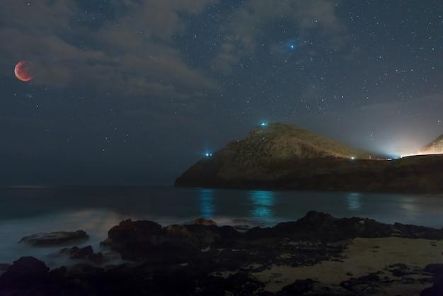Super blood wolf moon eclipsou sobre o makapu'u beach park em honolulu, havaí