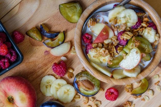 Super café da manhã com ingredientes espalhados
