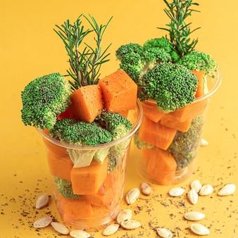 Super comida. brócolis e abóbora prontos para cozinhar. com especiarias, sementes de alecrim e abóbora.