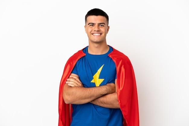 Super hero sobre fundo branco isolado mantendo os braços cruzados na posição frontal
