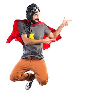 Super-herói apontando para o lateral