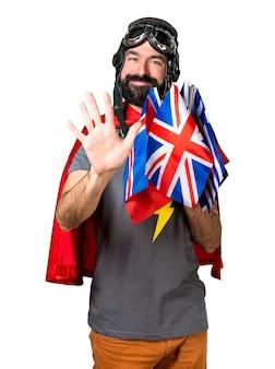 Super-herói com muitas bandeiras contando cinco