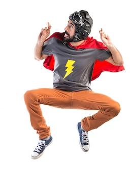 Super-herói com os dedos cruzados